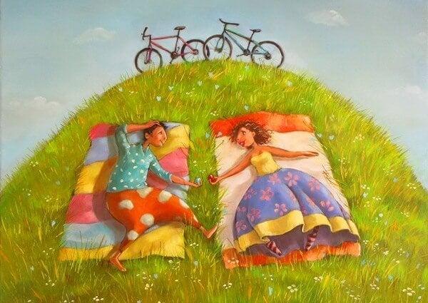잔디에 누워있는 커플