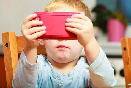 아이들에게 핸드폰을 주지 말아야 하는 3가지 이유