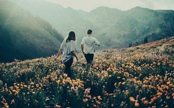 꽃밭 걷는 커플