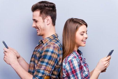퍼빙(Phubbing): 핸드폰이 우리의 관계를 어떻게 망치는가