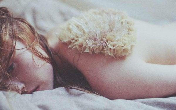 누워있는 슬픈 소녀