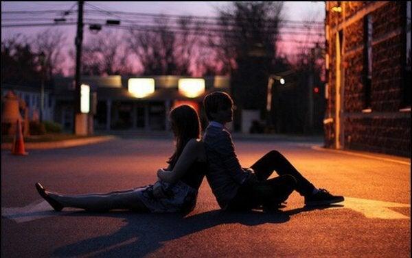길에 앉은 젊은 커플