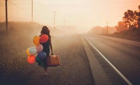 풍선을 들고 걸어가는 여자 뒷모습 사진: 용기란 무엇인가