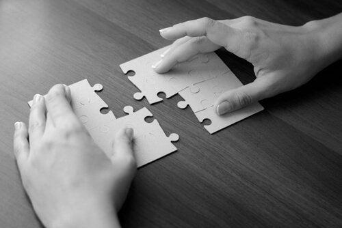 퍼즐을 맞추는 손 사진: 자기애가 부족할 때