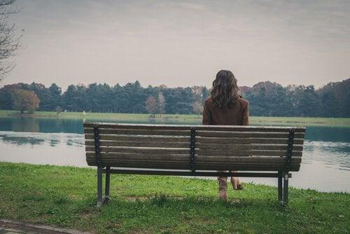 벤치에 혼자 앉아있는 여자 뒷모습