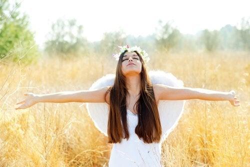 갈대 밭의 흰 날개 단 여자 사진