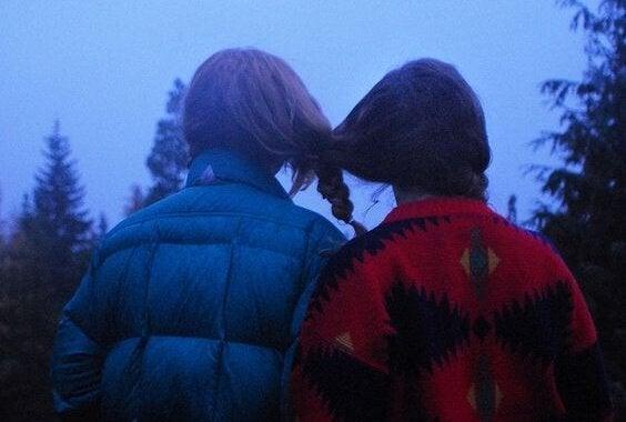 머리를 하나로 묶고 있는 두 여자 사진: 감정적 의존은 무엇인가