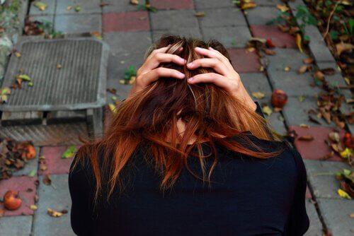 광장 공포증: 무엇이며, 증상과 치료법은 무엇일까?