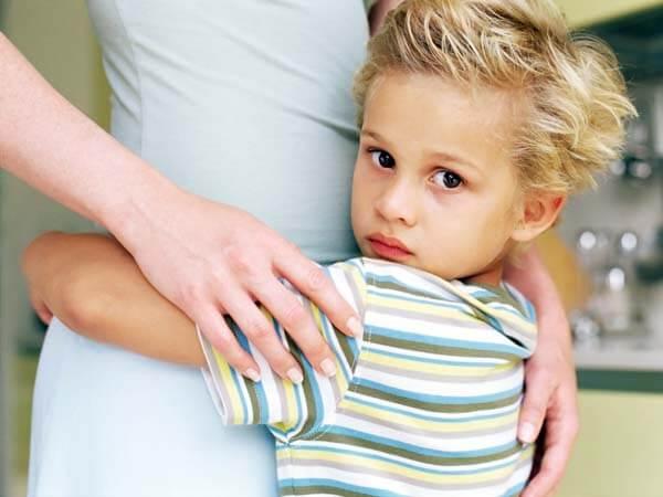 엄마에게 매달려 있는 아이 사진