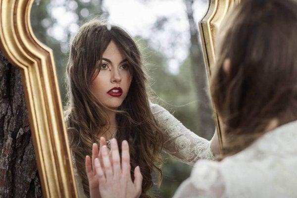 거울 속 자신의 모습을 넘어서 보자