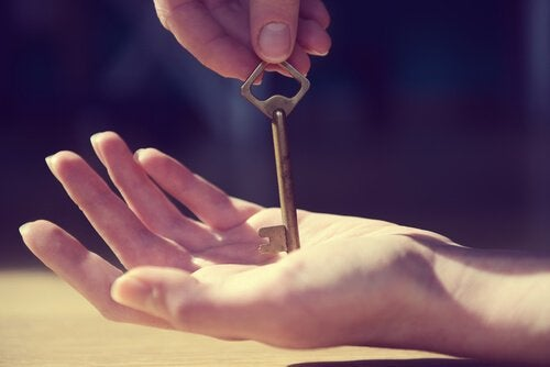 손 위에 키를 놓아주는 사진