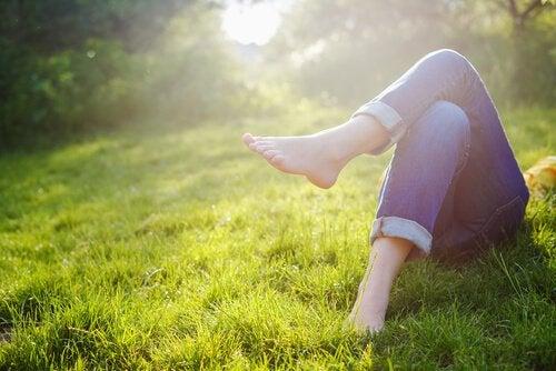 풀밭에 누워 다리를 꼬고 있는 사진: 가장된 두려움이 나타나는 방식을 알고 있는가?