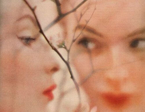 거울 앞 여자