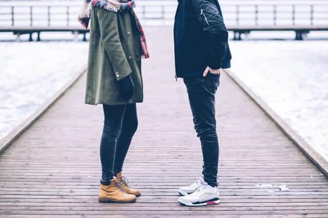 두 남녀가 서로 마주보고 있는 몸통만 나온 사진