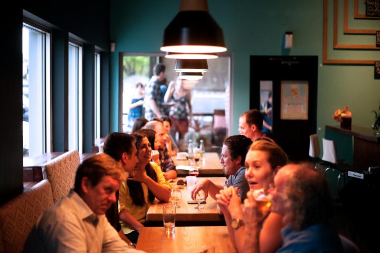 사람들로 가득한 식당 사진