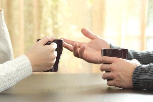 테이블 위에 보이는 두 사람의 손 사진