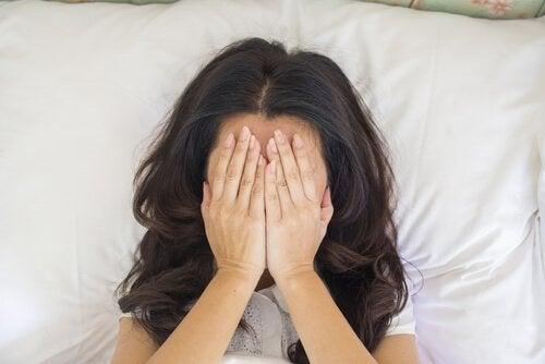 얼굴을 가리고 있는 여자 사진