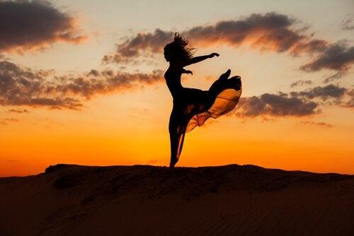 춤추는 여자의 실루엣 자유란