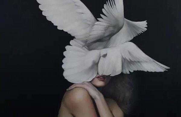 하얀 날개같은 것으로 얼굴이 가려진 여자 그림