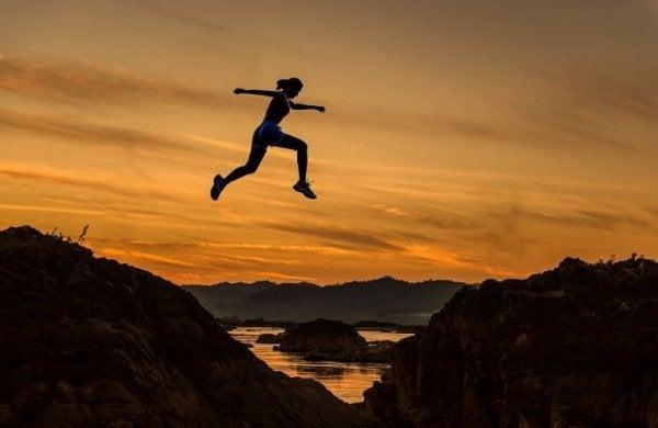언덕 사이를 뛰어넘는 여자 사진