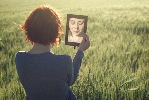 거울을 든 여자