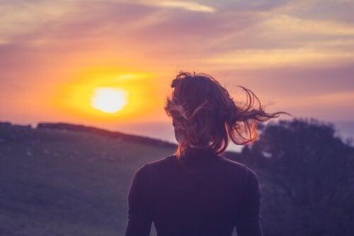 태양을 바라보고 있는 여자 뒷모습 사진