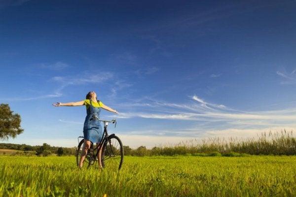 자전거 위에서 두팔 벌린 여자 사진