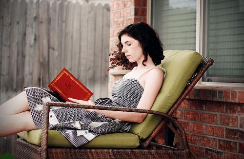 책을 읽고 있는 여자 사진