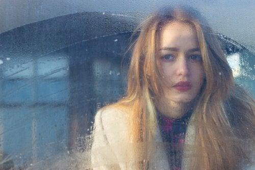 뿌연 창문의 여자