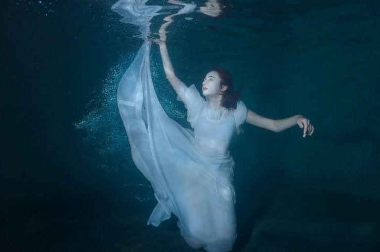 하얀 드레스를 입고 물에 잠긴 여자 사진
