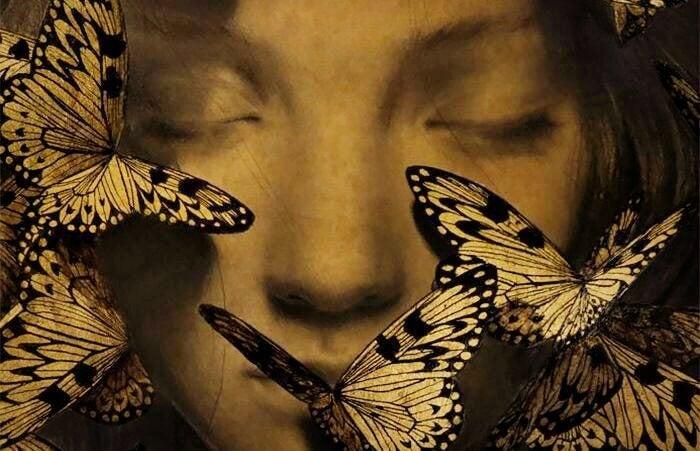 눈을 감은 여자 얼굴 위에 나비 그림