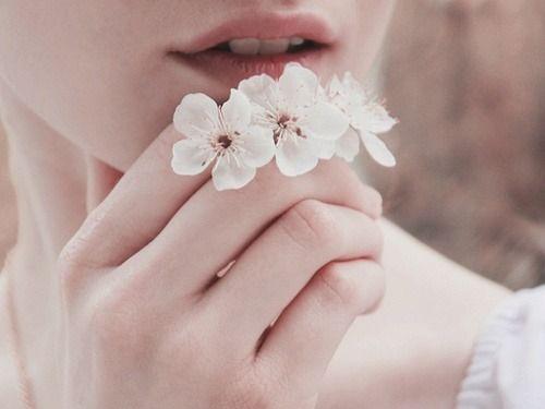 여자와 꽃: 구애