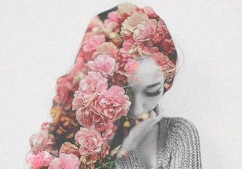 머리카락이 꽃으로 만들어진 여자 사진