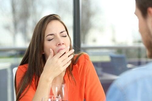 하품하고 있는 여자 사진