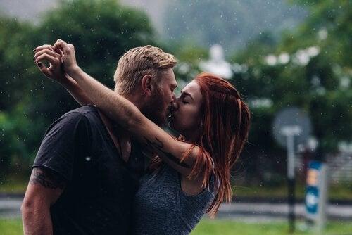 비 속에서 키스: 관계에 대한 7가지 파괴적인 믿음