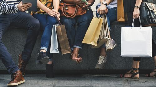 사람들의 다양한 쇼핑백: 슬픔을 감추기 위해 쇼핑을 할 때 생기는 일