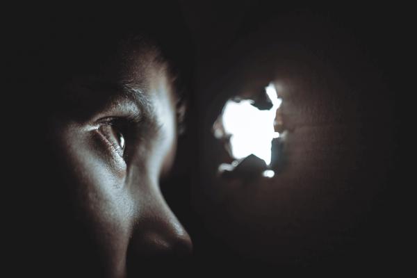 분리 불안: 어둠 속에서 빛을 보는 소년