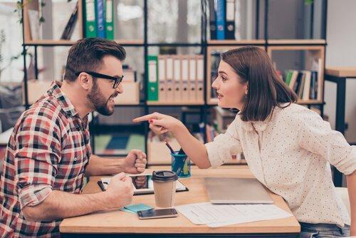 언쟁하는 남녀: 감정적 에너지가 소모되게 만드는 5가지 상황