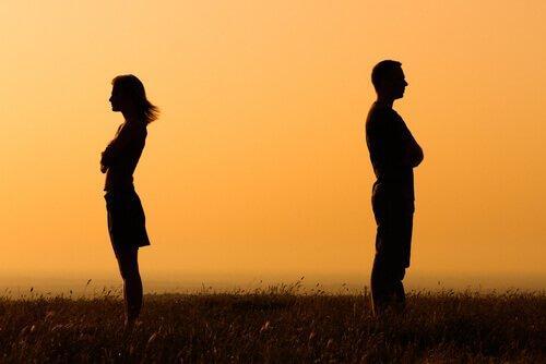 적극적 무관심: 다툰 남녀