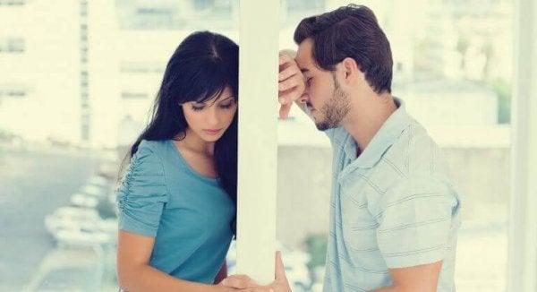 벽 사이에 둔 커플: 사랑이 식었을 때 무엇을 어떻게 해야 할까?