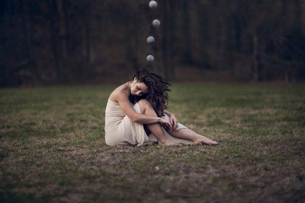 불안감에 시달리는 여성