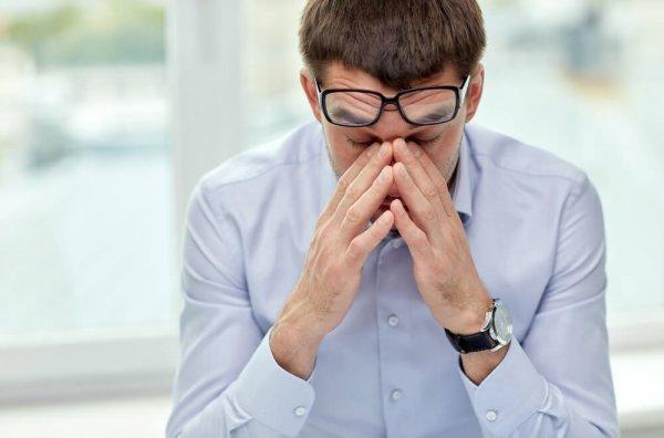 괴로워 하는 남자: 집단 괴롭힘 혹은 직장 내 괴롭힘