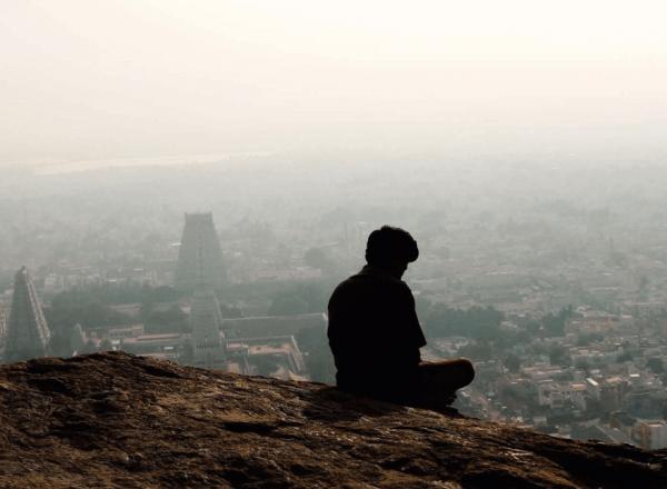 홀로 앉아있는 남자: 원하지 않는 외로움