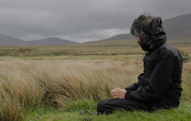 침묵하는 남자: 감정을 표현하지 않는 것이 유행인 시대
