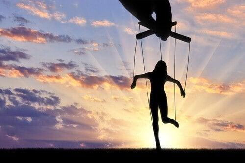 사람을 조종하는 기술: 사랑받는 것과 두려워하는 것, 어느 쪽이 나은가?