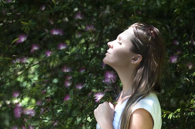 숲속에서 호흡하는 여자: 편안한 휴식의 상태가 되도록 돕는 3가지 호흡 운동