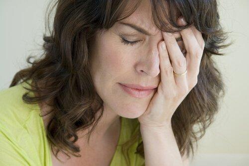 빈 둥지 증후군으로 힘들어하는 여성