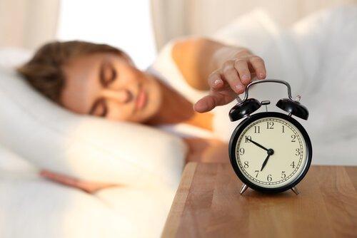 알람을 끄는 여자: 수면 위생