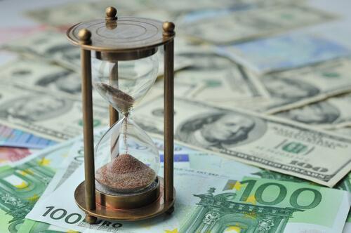 돈과 모래시계: 물건이 아닌 경험을 위해 돈을 지출하라