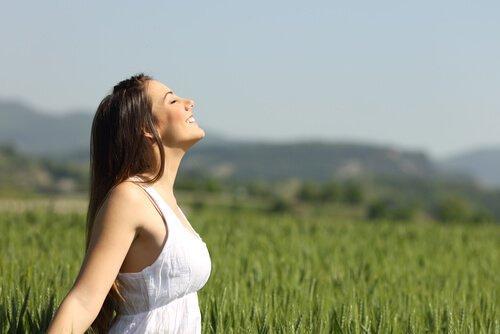 자연의 공기를 즐기는 여자